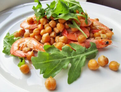 Salad with Chickpeas, Shrimps and Arugula